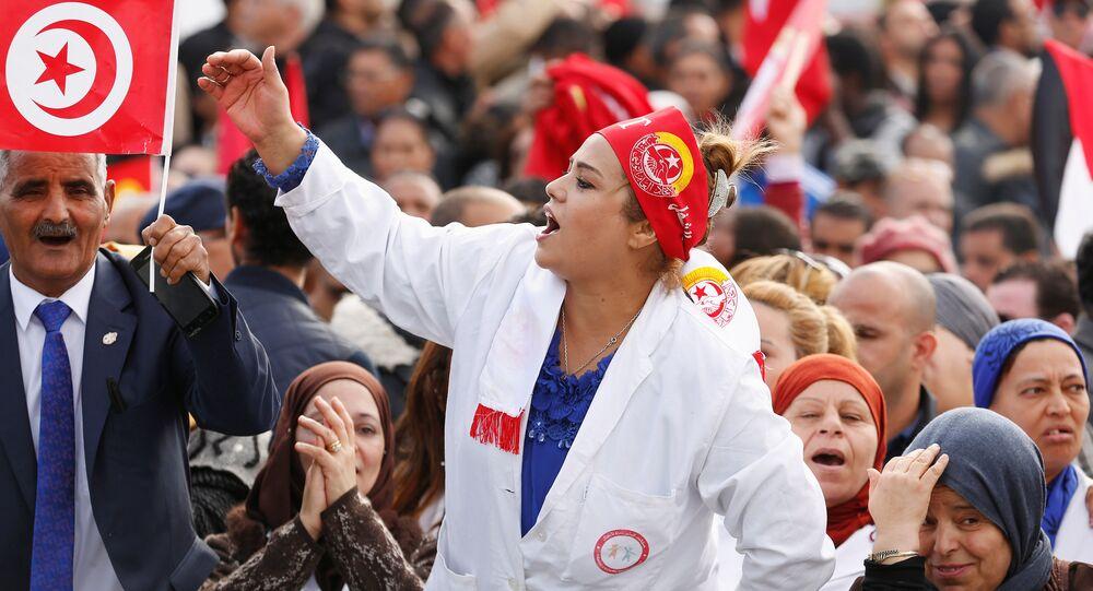 طبيبة تشارك في احتجاج على رفض الحكومة رفع الأجور في تونس العاصمة