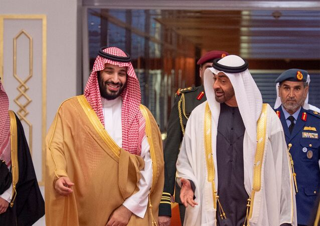 ولي عهد أبوظبي الشيخ محمد بن زايد مع ولي العهد السعودي الأمير محمد بن سلمان في أبوظبي، الإمارات العربية المتحدة، 22 نوفمبر/تشرين الثاني 2018