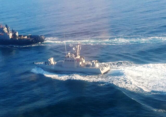 صورة توضح سفن حرس الحدود الروسية توقف سفن البحرية الحربية الأوكرانية التي حاولت عبور مضيق كيرتش من أوديسا على البحر الأسود إلى مريوبل على بحر آزوف، القرم، 25 نوفمبر/ تشرين الثاني 2018