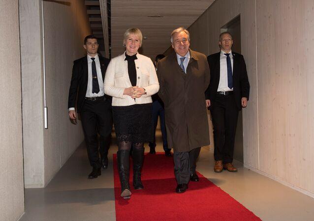 الأمين العام للأمم المتحدة أنطونيو غوتيريش، مع وزير الخارجية السويدية، مارغوت فالستروم، أثناء وصلة إلى ستوكهولم لحضور المفاوضات اليمنية