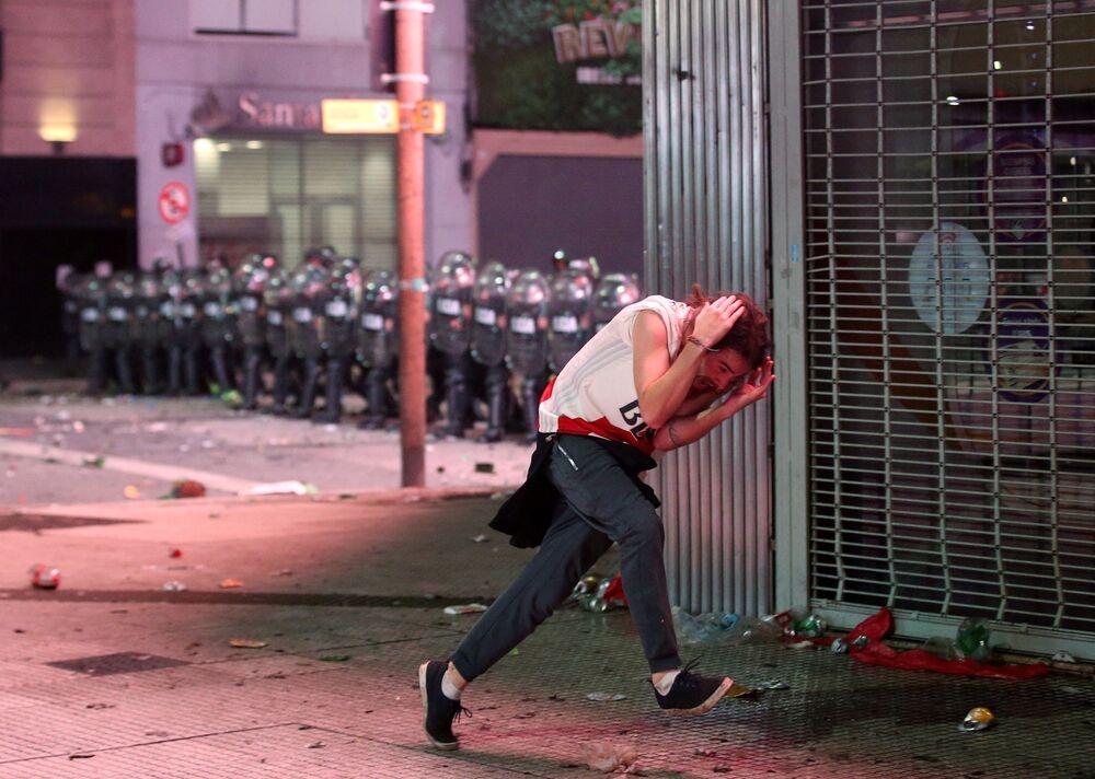 اشتباكات بين أفراد الشرطة ومشجعي فريق نادي ريفر بليت في بونس آيرس، الأرجنتين 9 ديسمبر/ كانون الأول 2018