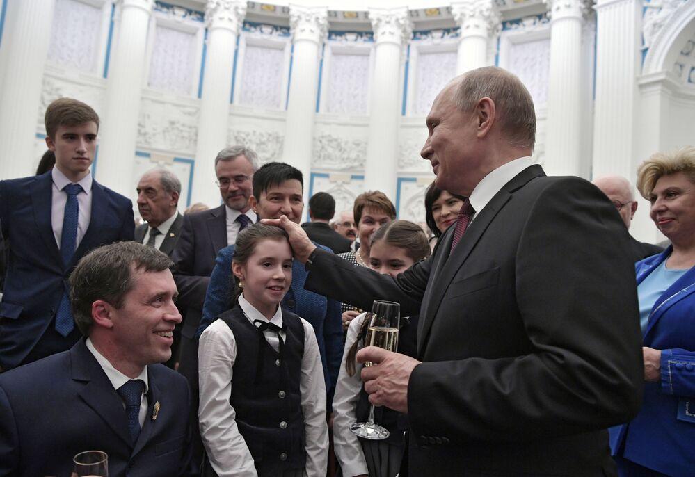 الرئيس فلاديمير بوتين ورئيس جمعية عموم روسيا لذوي الاحتياجات الخاصة ميخائيل تيرينتيف