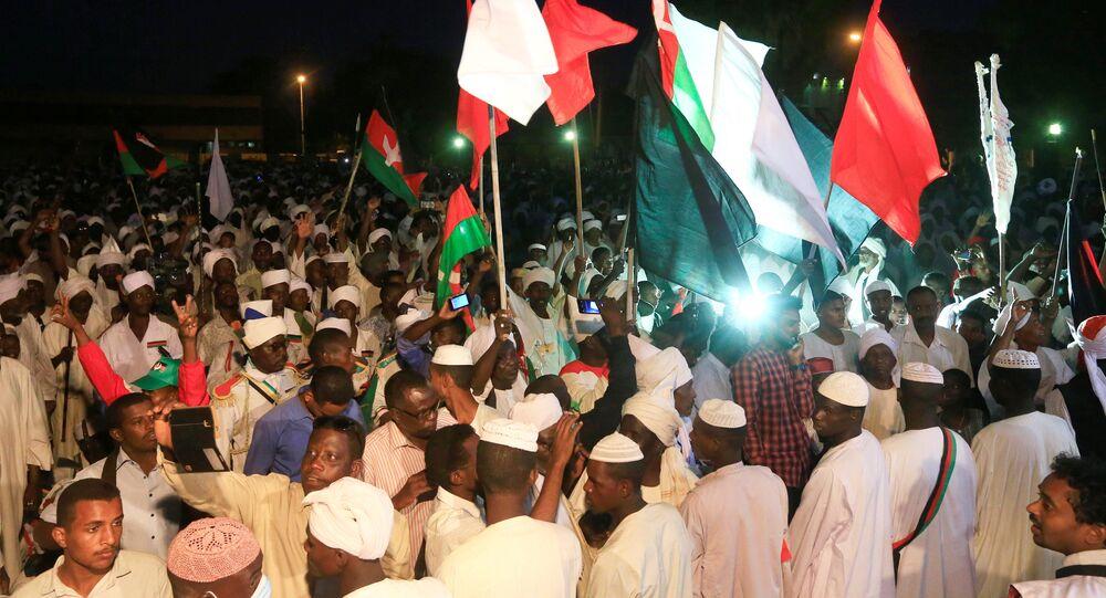 تجمع أنصار زعيم المعارضة السوداني الصادق المهدي لمقابلته بعد عودته قرابة عام في المنفى الاختياري في الخرطوم
