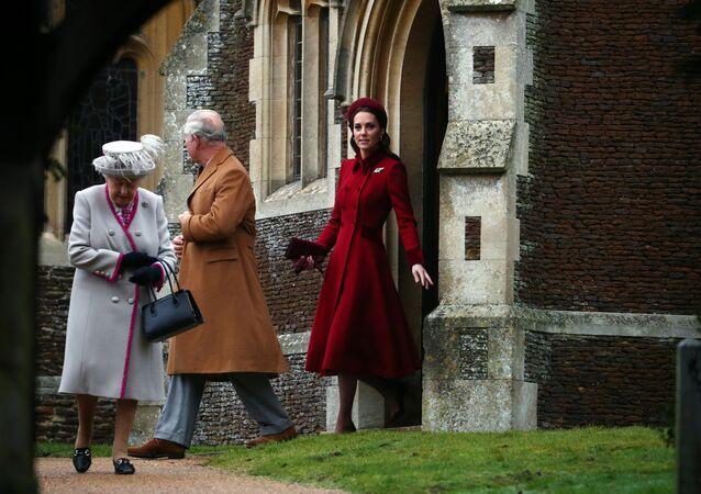 ملكة بريطانيا إليزابيث الثانية والأمير تشارلز وكيت ميدلتون يغادرون كنيسة القديسة مريم المجدلية في ساندرينجهام بشرق انجلترا