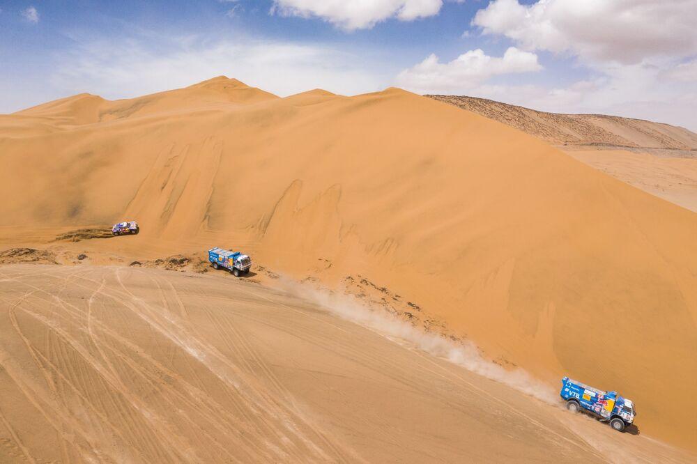فريق روسيا كاماز-ماستير المشارك في سباق رالي داكار 2019 في بيرو، خلال المرحلة الخامسة، في فئة قيادة الشاحنات بين تاكنا وأريكيبا، وسائقي الفريق: دميتري سوتنيكوف، ودميتري نيكيتين، وإلنور موستافين (من اليمين)، وفريق: أندريه كارغينوف، وأندريه موكييف، وإيغور ليونوف