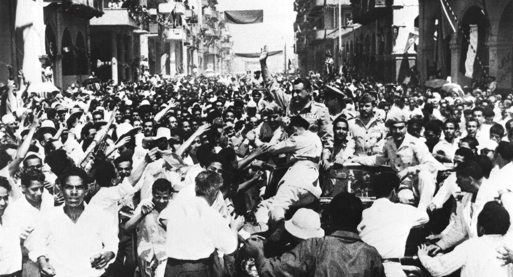جمال عبد الناصر يحيي الحشود التي نزلت في شوارع بورسعيد بعد إجلاء القوات البريطانية في مصر في 22 يونيو 1956