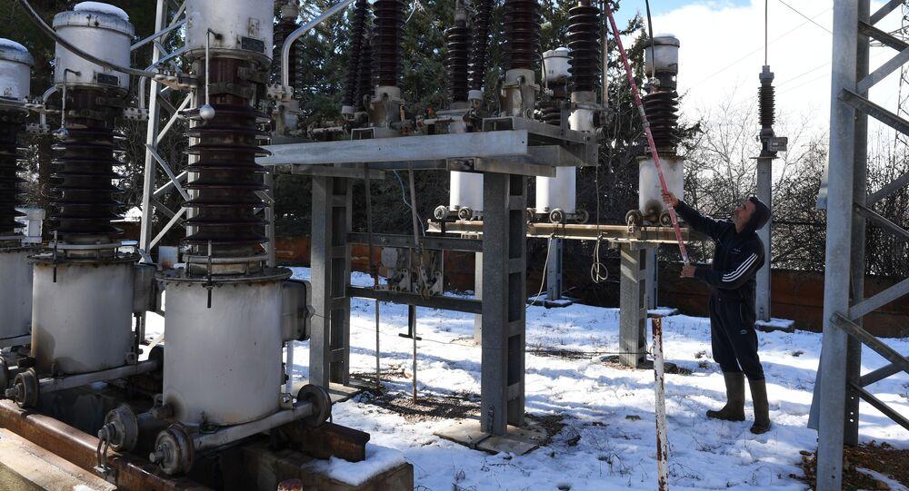 تصليحات لخطوط الكهرباء، محطة لتوليد الكهرباء من الطاقة الشمسية، تبعد 20 كيلومترا عن دمشق، سوريا
