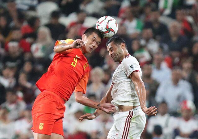 صراع على الكرة خلال مباراة إيران والصين في بطولة كأس آسيا