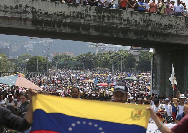 مظاهرات عارمة في أنحاء فنزويلا، وأنصار زعيم المعارضة الفنزويلي خوان غوايدو يطالبون بتنحي رئيس البلاد نيكولاس مادورو، يناير/ كانون الثاني 2019