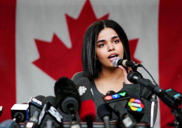 الفتاة السعودية رهف محمد القنون خلال مؤتمر صحفي في تورونتو، كندا 15 يناير/ كانون الثاني 2019