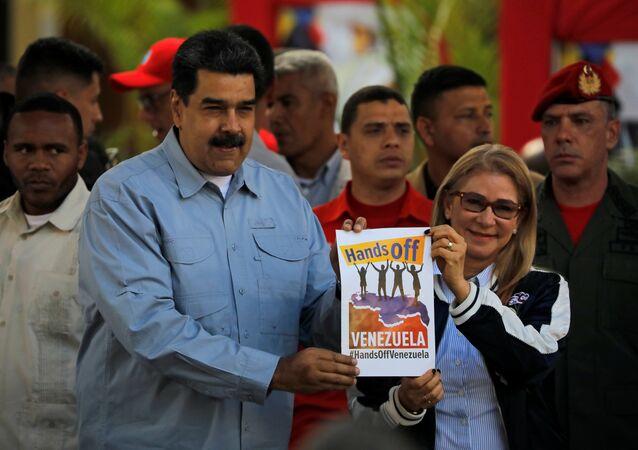 الرئيس الفنزويلي، نيكولاس مادورو، وزوجته، سيليا فلوريس في ساحة بوليفار بالعاصمة كاراكاس