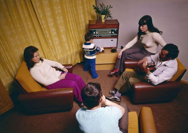 أسرة تستمع للراديو
