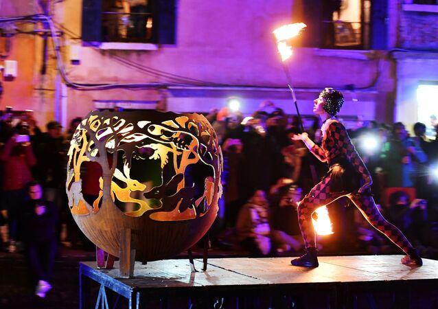 فنانون خلال احتفالات Tutta colpa della Luna أو Blame the Moon في ريو دي كاناريجيو، إحدى القنوات الشهيرة في البندقية في 16 فبراير/ شباط 2019. بدأت فينيسيا احتفالات الكرنفال السنوية مع عرض مائي ليلا الذي يستمر لأكثر من أسبوعين، وهي من احتفالات بمناسبة مرور 50 عاماً على سير الإنسان على القمر لأول مرة.