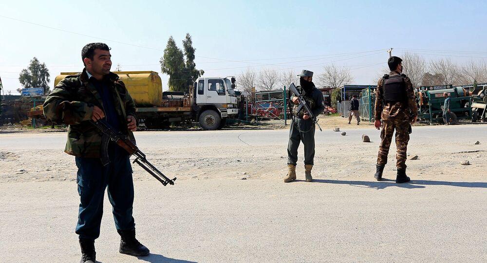 قوات الأمن الأفغانية تقف حراسة بالقرب من موقع الهجوم في جلال آباد