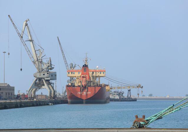 سفينة تحمل شحنة نفط في ميناء الحديدة في اليمن