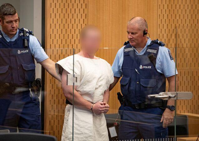 برينتون تارانت المتهم بارتكاب جريمة قتل بهجمات مسجد نيوزيلندا في الطريق إلى قفص الاتهام لمثوله أمام محكمة مقاطعة كرايستشيرش