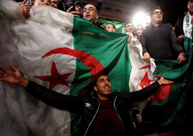 يحتفل الناس في الشوارع بعد أن قدم الرئيس الجزائري عبد العزيز بوتفليقة استقالته في الجزائر العاصمة