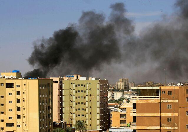 دخان إثر إطلاق الشرطة السودانية الغاز المسيل للدموع على المتظاهرين