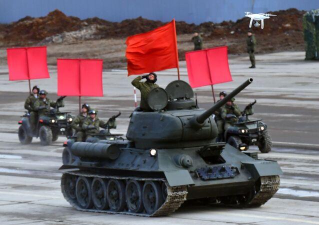 دبابات تي-34، خلال بروفة العرض العسكري بمناسبة مرور الذكرى الـ 74 لـ عيد النصر على أمانيا النازية في الحرب الوطنية العظمى (1941-1945)  في حقل التدريب العسكري ألابينو في ضواحي موسكو