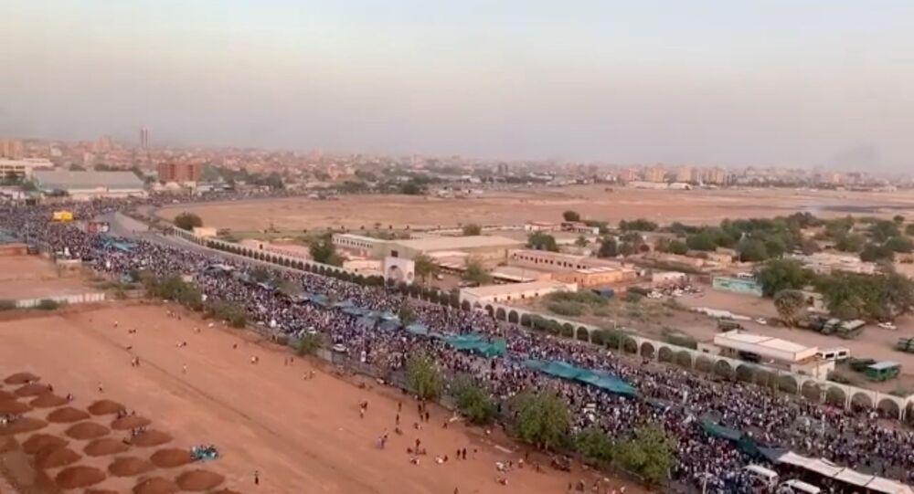 من اعتصام السودان أمام وزارة الدفاع