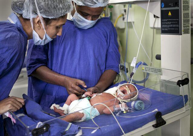 طفل في عناية بالمستشفى