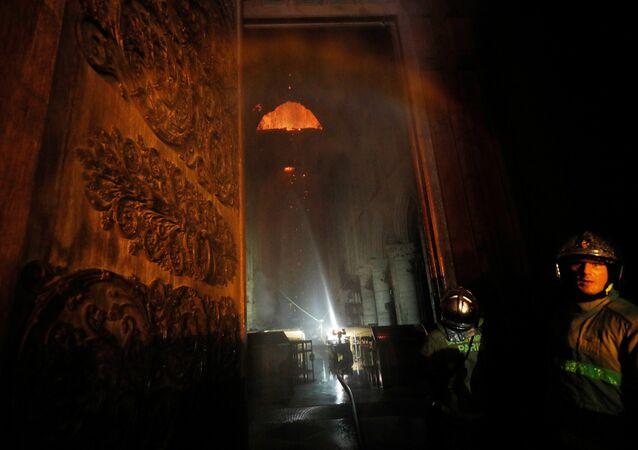 رجال الإطفاء يحاولون السيطرة على حريق كاتدرائية نوتردام