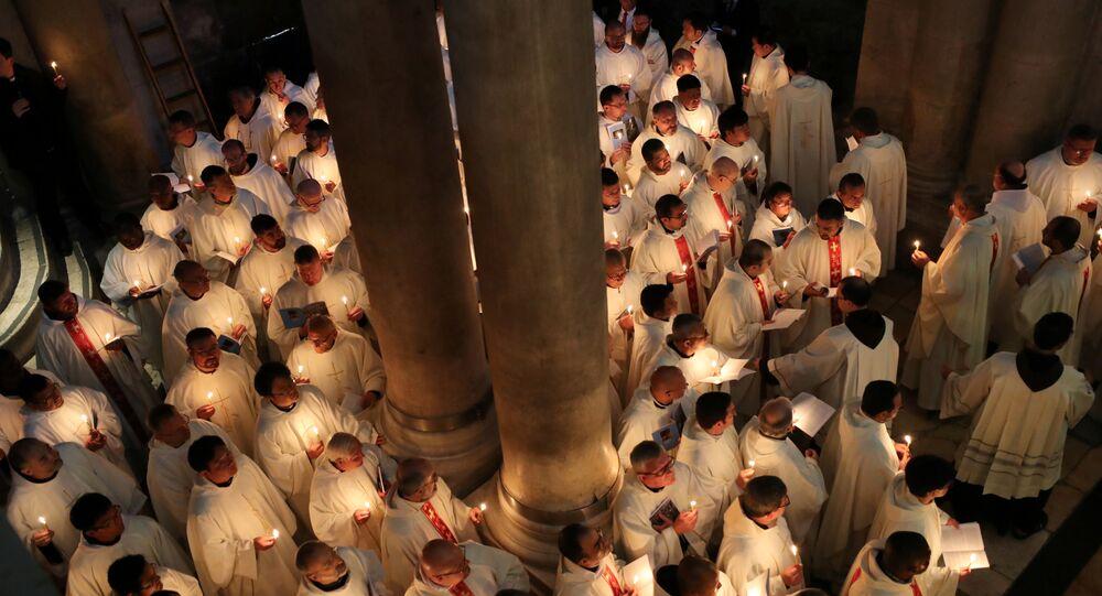 المصلون يشاركون في مسيرة خلال حفل غسل القدم الكاثوليكي في أسبوع عيد الفصح المقدس في كنيسة القيامة في مدينة القدس القديمة