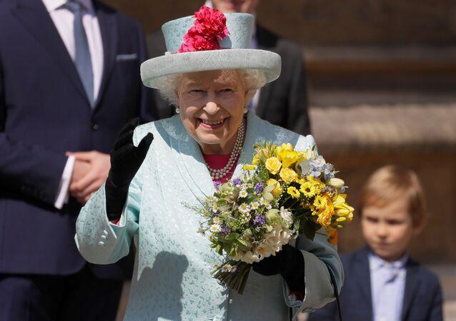 الملكة إليزابيث تغادر كنيسة القديس جورج في قلعة وندسور بعد حضورها خدمة عيد الفصح، بريطانيا، 21 نيسان/أبريل 2019