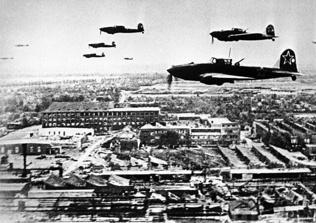 الطائرات السوفيتية إيل - 2 في سماء برلين خلال الحرب الوطنية العظمى ( الحرب العالمية الثانية)، عام 1945