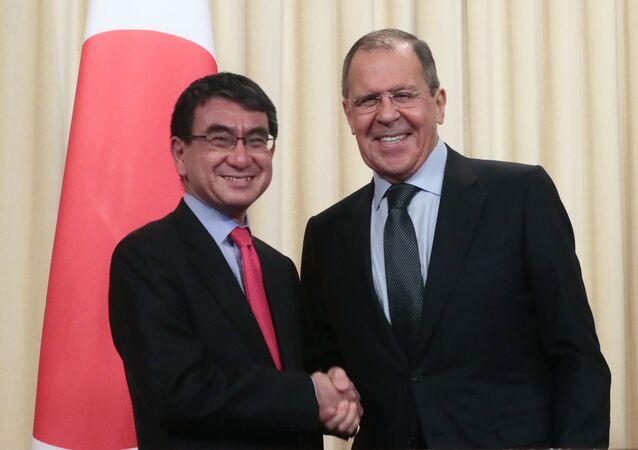 وزير الخارجية الروسي سيرغي لافروف ونظيره الياباني تارو كونو