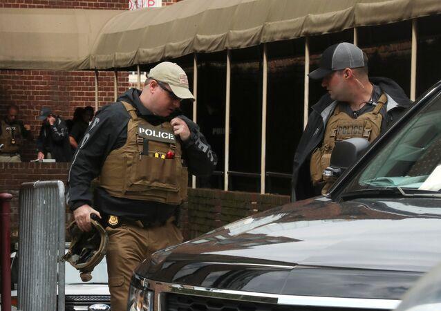 الشرطة الأمريكية تتخذ مواقعها خارج السفارة الفنزويلية حيث بقي العديد من الناشطين في واشنطن