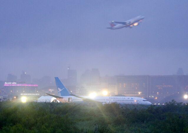 طائرة تقلع من مطار مانيلا الدولي، بالعاصمة الفلبين