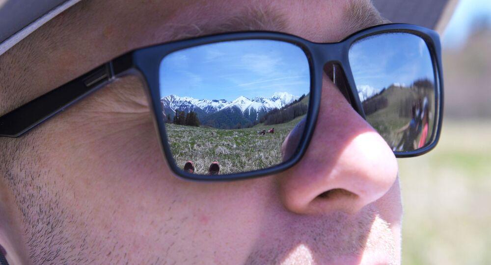 انعكاس على نظارات سائح لمراعي أباغو في الجزء الشمالي من المحمية الطبيعية القوقازية باسم خ. غ. شابوشنيكوف
