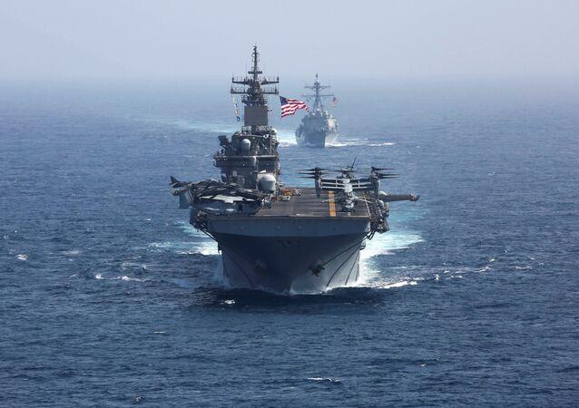 حاملة الطائرات التابعة للبحرية الأمريكية أبراهام لنكولن وسفينة هجومية كيرسارج في بحر العرب في 17 مايو/ أيار 2019
