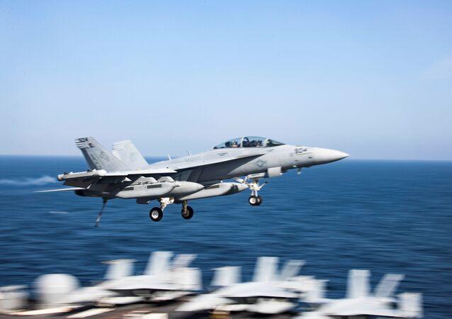 مقاتلة متعددة المهام (إف\أيه-18إي\إف سوبر هورنت) تحلق فوق حاملة الطائرات الأمريكية أبراهام لنكولن في منطقة بحر العرب، 23 مايو/ أيار 2019