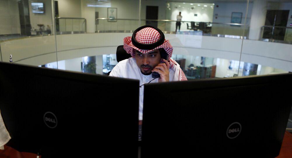 متداول سعودي يراقب سوق الأسهم على الشاشات في الرياض