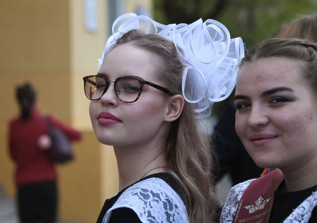 تلاميذ خلال مراسم الاحتفال بـ الجرس الأخير في بيت الضباط (مؤسسة عسكرية) في منطقة زابايكالسكي كراي، روسيا