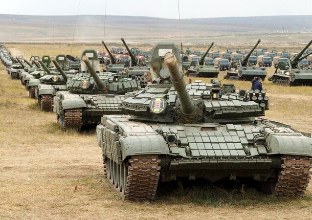 دبابات تي-80 وتي-72 تشارك في مسابقة فوستوك-2018 العسكري