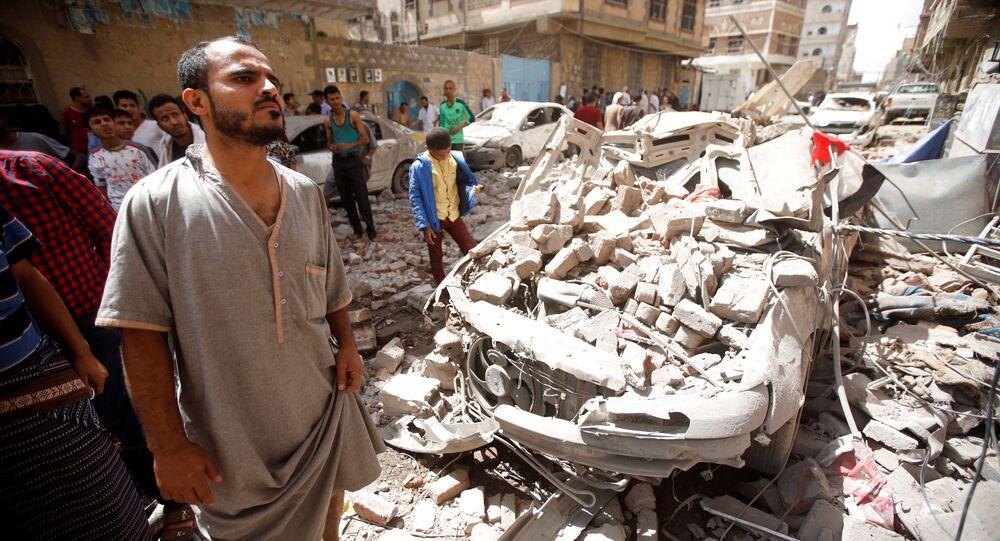 سكان يخرجون إلى موقع قصف التحالف العربي بقيادة السعودية في صنعاء،  اليمن 16 مايو/ أيار 2019