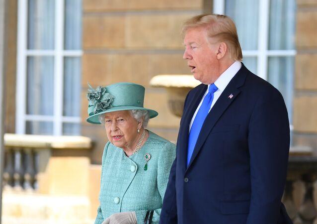 الملكة البريطانية إليزابيث الثانية تستقبل الرئيس الأمريكي دونالد ترامب وزوجته ميلانيا ترامب في قصر بيكنغهام في لندن، 03 يونيو/ حزيران 2019