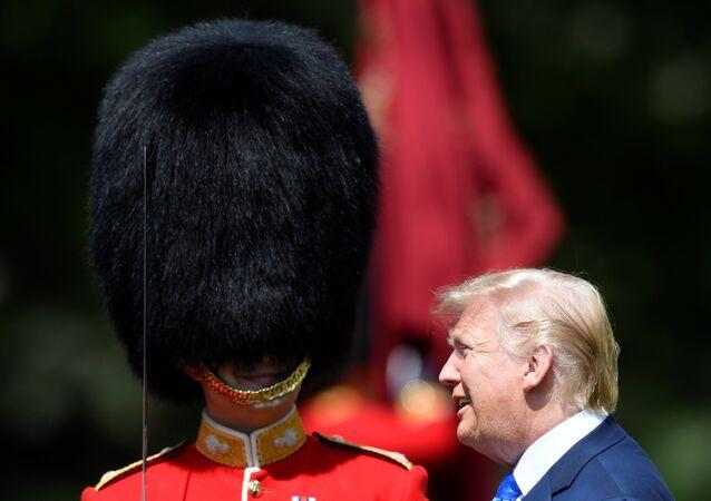 الرئيس الأمريكي دونالد ترامب يتحدث إلى حرس قصر بيكنغهام في لندن، 03 يونيو/ حزيران 2019