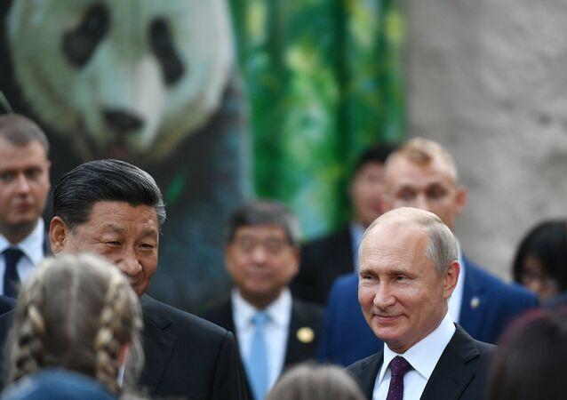 الرئيسان الروسي فلاديمير بوتين والصيني شي جين بينغ، يزوران الجناح الجديد لحديقة حيوان موسكو، حيث يوجد اثنان من دببة الباندا قدمتهما الصين