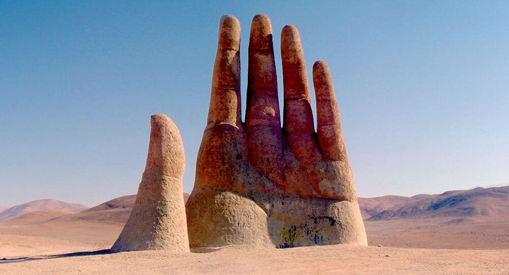 يد الصحراء (Mano de Desierto)، نحت في صحراء أتاكاما، تشيلي