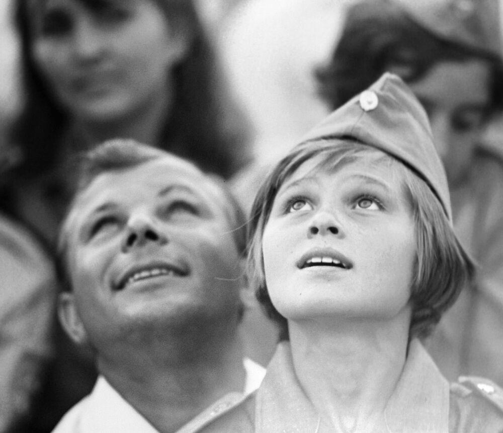 ضيف الشرف - رائد فضاء السوفيتي يوري غاغارين في مخيم عموم الاتحاد السوفيتي أرتيك باسم ف. إ. لينين، 1967