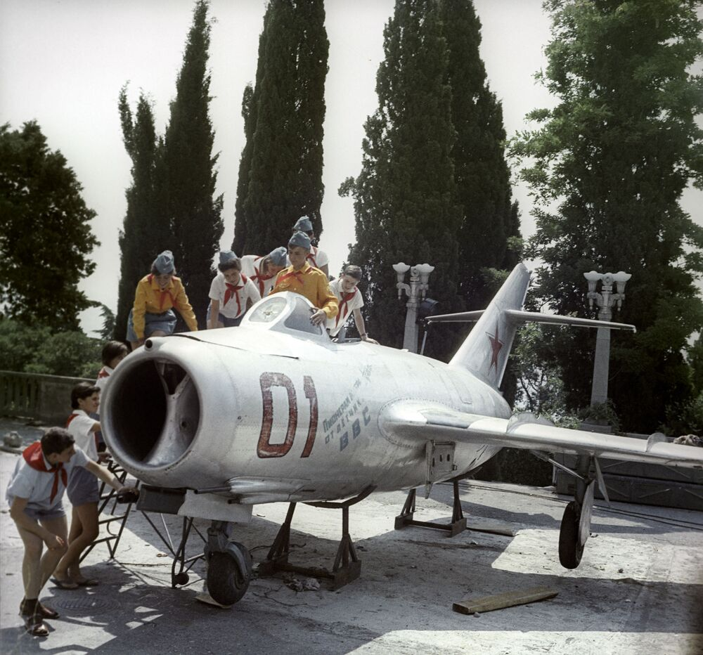 هدية لأطفال المخيم من القوات الجوية السوفيتية، مخيم عموم الاتحاد السوفيتي أرتيك باسم ف. إ. لينين، 1967