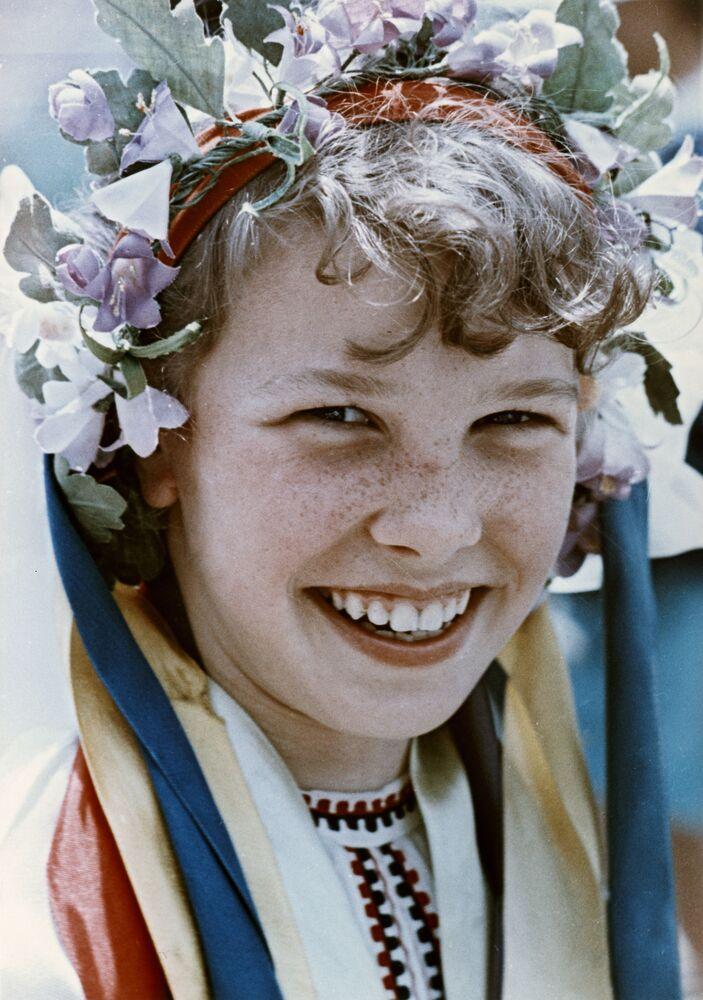 صبية سوفيتية ترتدي الزي التقليدي الأوكراني في مخيم عموم الاتحاد السوفيتي أرتيك باسم ف. إ. لينين، 1965