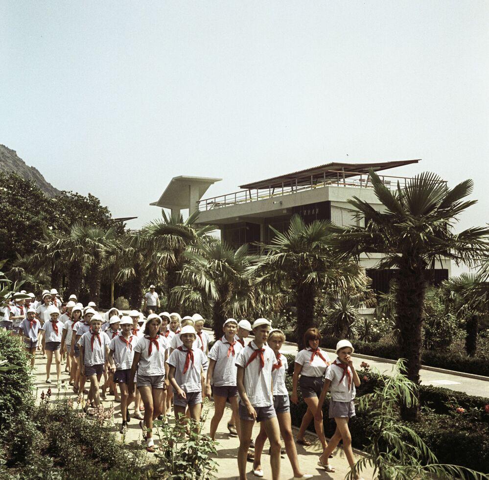 أطفال يخرجون في نزهة جماعية في مخيم عموم الاتحاد السوفيتي أرتيك باسم ف. إ. لينين، 1970(والآن يسمى مركز الأطفال الدولي أرتيك في القرم)