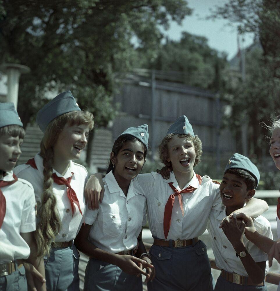 أطفالل سوفيتيون وهنود في مخيم عموم الاتحاد السوفيتي أرتيك باسم ف. إ. لينين. المخيم الصيفي في القرم، 1986 (والآن يسمى مركز الأطفال الدولي أرتيك)