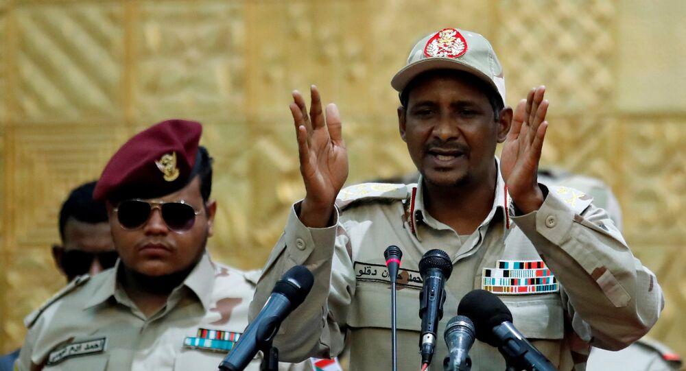 الفريق محمد حمدان حميدتي يخاطب أنصاره خلال اجتماع في الخرطوم