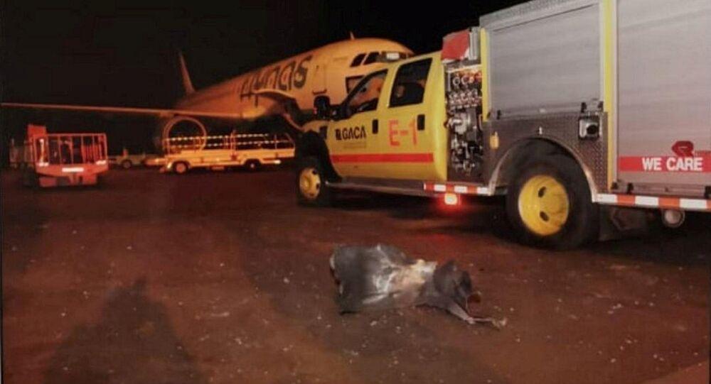 حطام في مطار أبها في المملكة العربية السعودية بعد أن هاجمته جماعة الحوثي اليمنية